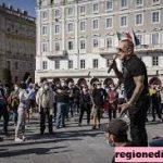 Protes Menyambut Debut Aturan Lulus COVID Tempat Kerja Italia